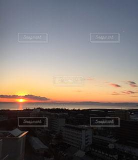 都市を背景にした水域の夕日の写真・画像素材[2374831]