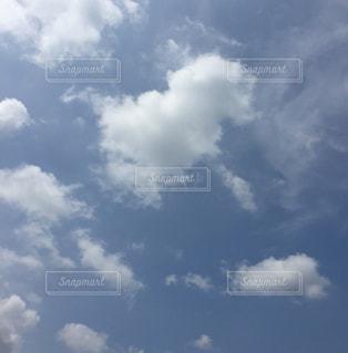 曇り空を飛ぶ飛行機の写真・画像素材[2412172]