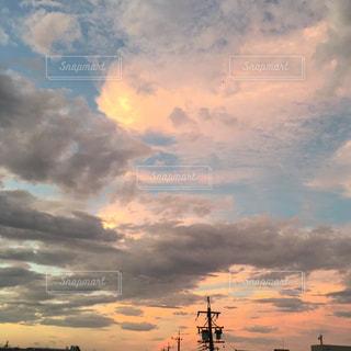 日没時の空の雲の写真・画像素材[2414888]
