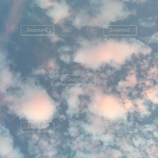 曇りの日の空に雲の写真・画像素材[2415281]