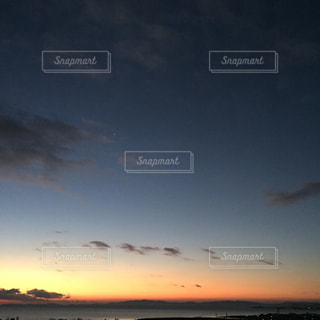 水の体の上の夕日の写真・画像素材[2415890]