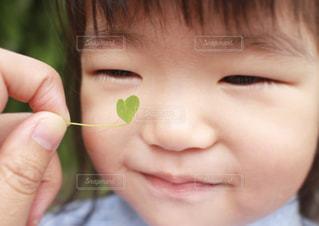 1人,春,LOVE,かわいい,葉っぱ,一人,子供,女の子,ハート,クローバー,顔,可愛い,アップ,愛,幼児,微笑み,無垢