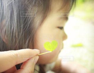 1人,春,LOVE,かわいい,葉っぱ,一人,子供,女の子,優しい,ハート,クローバー,可愛い,愛,幼児,好き,無垢,ほっぺ