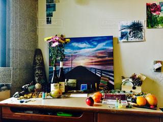 インテリア,花束,部屋,フルーツ,机,香水,絵画,置物,ワイン,りんご,デスク,アロマ