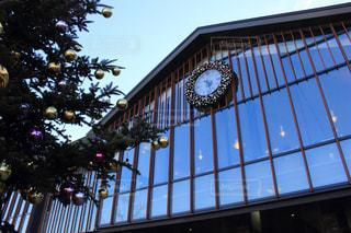 中軽井沢駅の時計とクリスマスツリーの写真・画像素材[430361]