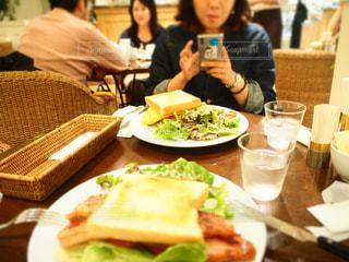 食事のテーブルに座って人の写真・画像素材[996897]
