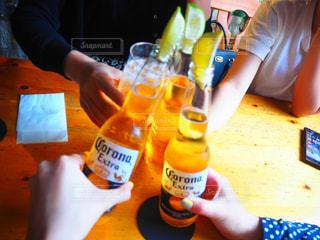 グラス,ビール,乾杯,飲み会,ドリンク,女子会,4人,コロナビール