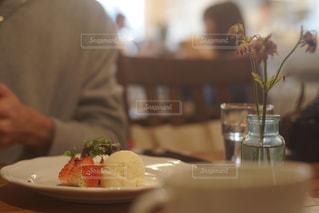 食品のプレートをテーブルに着席した人 - No.1007445