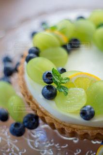 テーブルの上にフルーツとケーキの写真・画像素材[1802958]