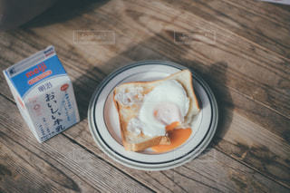 木製のテーブルの上に座っている食べ物の皿の写真・画像素材[2870654]
