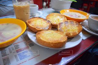 テーブルの上に食べ物のプレートの写真・画像素材[820703]