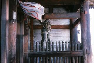 木製のベンチの上に座っている猫の写真・画像素材[908383]
