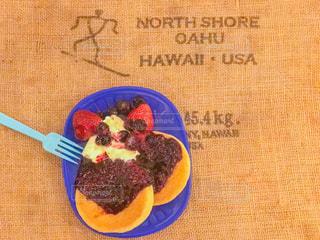 テーブルの上に食べ物のプレートの写真・画像素材[1144849]