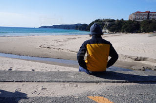 ビーチの砂の上に立っている男の人の写真・画像素材[920142]