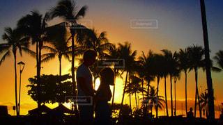 海,カメラ,カップル,ビーチ,逆光,ハワイ,サンセット,海外旅行,ツーショット,サンセットビーチ
