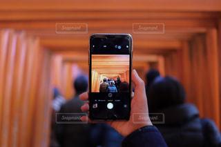 携帯電話を持つ手の写真・画像素材[909956]