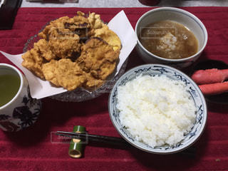 テーブルの上に食べ物のボウルの写真・画像素材[775508]