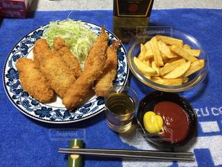 テーブルの上に食べ物のプレートの写真・画像素材[787810]