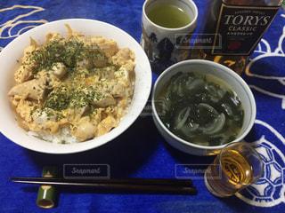 テーブルの上の皿の上に食べ物のボウルの写真・画像素材[804621]
