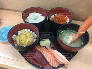 食べ物,食事,テーブル,皿,海鮮丼,ホタテ,ウニ,御寿司