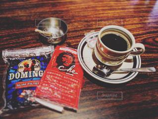 テーブルの上のコーヒー カップの写真・画像素材[709855]