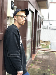 建物の前に立っている男の写真・画像素材[1353874]