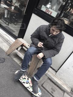 ベンチに座っている男の写真・画像素材[1522575]