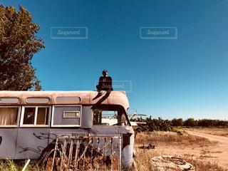 トラックは土フィールドの脇に駐車します。の写真・画像素材[1705377]