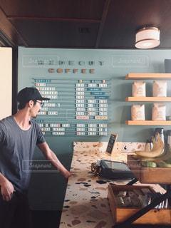 男性,30代,カフェ,夏,海外,晴れ,男,旅行,コーヒーショップ,ハワイ,昼間,日中,夏服,半袖
