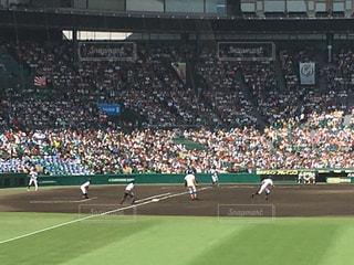 野球の試合を見ている人の大群衆の写真・画像素材[709985]