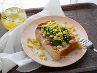 テーブルの上に食べ物のプレート - No.1160927