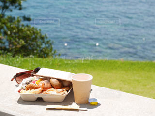 ピクニックテーブルの上の食べ物の皿の写真・画像素材[2362238]
