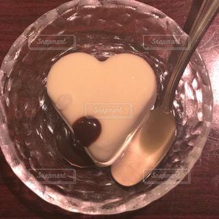 板の上に食べ物のボウルの写真・画像素材[899965]