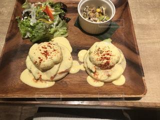 木製のテーブル、板の上に食べ物の種類をトッピングの写真・画像素材[1181722]