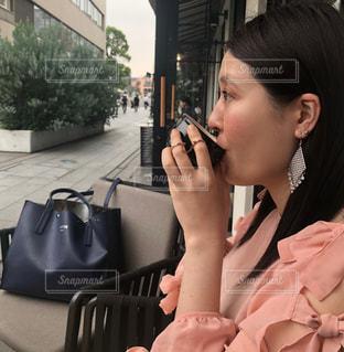 携帯電話で通話中の女性の写真・画像素材[1280926]