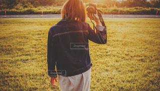 フィールドで野球のバットを持っている人の写真・画像素材[1000204]