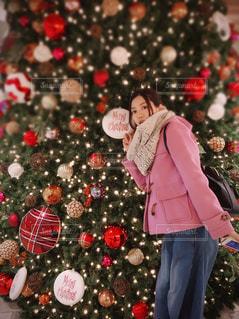 女性,冬,女の子,人物,人,キラキラ,クリスマス,顔,ツリー,ピース,クリスマスツリー,オーナメント