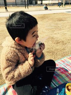 公園,子供,おにぎり,可愛い,男の子,ほおばる,海苔のおにぎり