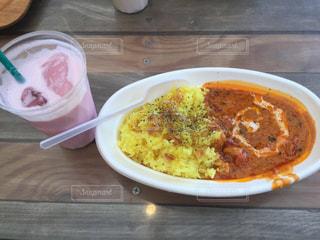 テーブルの上に食べ物のプレートの写真・画像素材[1085981]