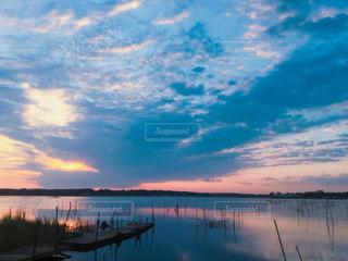 水体の上空で雲のグループの写真・画像素材[1131816]