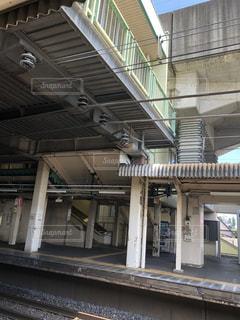 電車の駅で座っている人々 のグループの写真・画像素材[1394560]