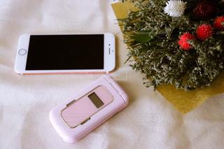 テーブルの上の携帯電話の写真・画像素材[2310271]
