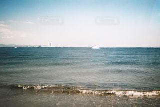 海の横にある水の体の写真・画像素材[1237260]