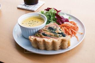 テーブルの上に食べ物のプレートの写真・画像素材[1250665]