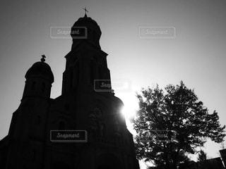 バック グラウンドで大きな時計塔の写真・画像素材[813161]