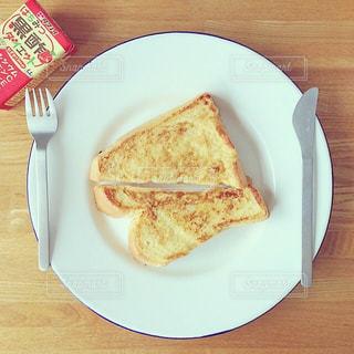 カット スライスに食べ物のプレートの写真・画像素材[1036371]