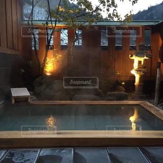 暖炉の横にあるテーブルの上のビールのグラス - No.752001
