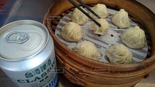 木製のテーブルの上に食べ物の写真・画像素材[816615]