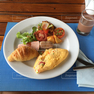テーブルの上に食べ物のプレートの写真・画像素材[818527]