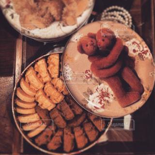 テーブルの上に食べ物のプレートの写真・画像素材[875669]